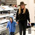 Hilary Duff fait du shopping avec son fils Luca à Beverly Hills, le 13 décembre 2016.