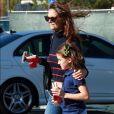 Katie Holmes et sa fille Suri Cruise à la sortie d'un Starbucks à Calabasas, le 19 octobre 2016