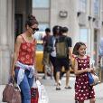 Exclusif - Katie Holmes et sa fille Suri Cruise rejoignent leur voiture après une séance shopping à New York le 18 août 2016.