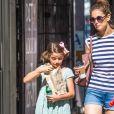 Exclusif - Katie Holmes et sa fille Suri Cruise se promènent avec leur petit chihuahua Honey dans les rues de New York. Plusieurs sources affirment que Tom Cruise n'a pas vu ni même pris de nouvelles de sa fille Suri Cruise depuis trois bonnes années! Le 17 août 2016