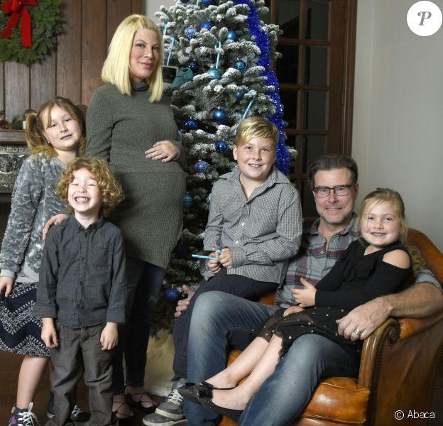 Tori Spelling, Dean McDermott, Liam McDermott, Finn McDermott, Stella McDermott, Hattie McDermott devant leur sapin de Noël le 16 décembre 2016