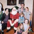 Tori Spelling enceinte, son mari Dean McDermott et leurs enfants à Buena Park, Los Angeles, le 19 novembre 2016