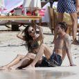 Kevin Trapp et sa compagne Izabel Goulart se baignent lors de leurs vacances à Saint-Barthélemy, le 25 décembre 2016.