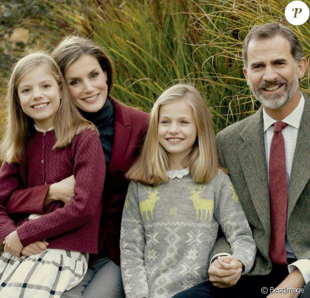 Carte de voeux des fêtes de fin d'année 2016 du roi Felipe VI et de la reine Letizia d'Espagne avec leurs filles, la princesses Leonor des Asturies et l'infante Sofia d'Espagne, photographiés au palais de la Zarzuela en novembre.