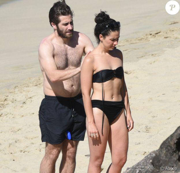 Jake Gyllenhaal et Greta Caruso s'étalent de la crème solaire sur la plage de Colombier à St Barth, le 1er janvier 2017.