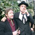 """""""Shane MacGowan de The Pogues avec Pete Doherty en novembre 2006 devant la maison de Kate Moss à Londres."""""""