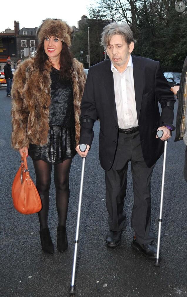 Shane MacGowan, qui s'aide de béquilles suite à sa fracture pelvienne, et sa compagne Victoria Mary Clarke arrivant au restaurant The Cliff Townhouse à Dublin pour dîner avec Bono et sa femme, Hozier et Glen Hansard, le 24 décembre 2015.