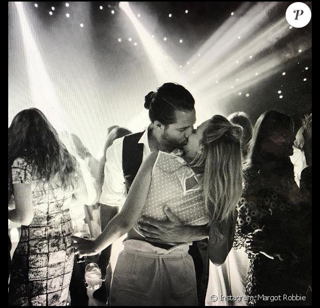 Tom Ackerley embrasse Margot Robbie (photo postée le 3 décembre 2016)