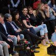 Kendall Jenner et Hailey Baldwin au Staples Center. Los Angeles, le 3 janvier 2017.