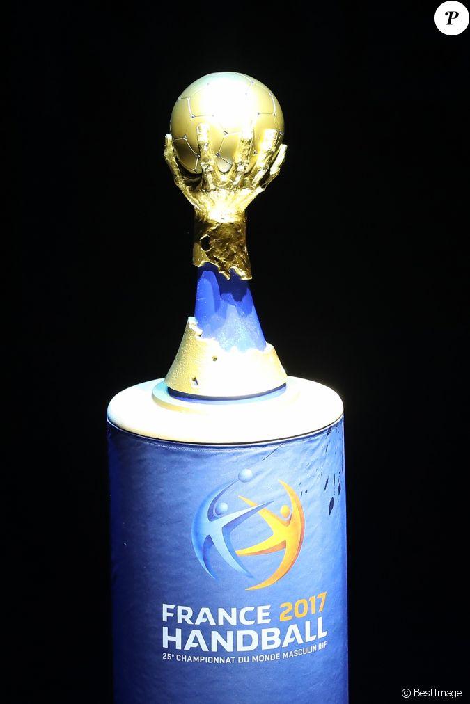 Le troph e du mondial de handball lors du match d 39 ouverture du mondial de handball 2017 france - Coupe du monde 2015 handball ...