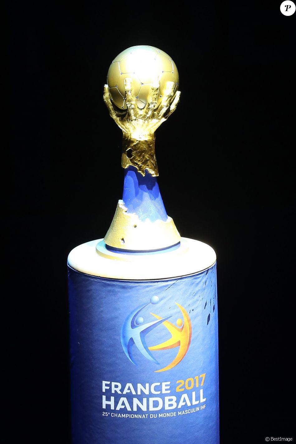 Le troph e du mondial de handball lors du match d - Coupe de monde de handball ...