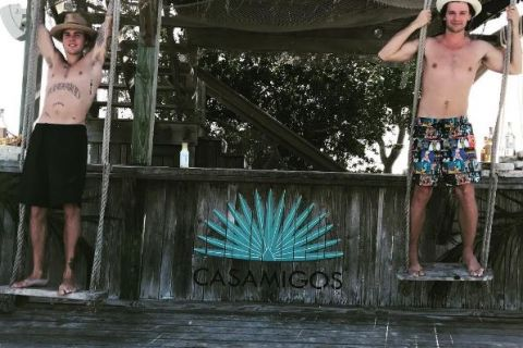 Justin Bieber et Patrick Schwarzenegger, torse nu aux Bahamas...