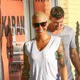 Exclusif - Amber Rose se balade avec un jeune inconnu dans les rues de Studio City. Les 2 amis ont pris des selfies avec des fans avant de monter dans une jeep. Le 22 septembre 2016