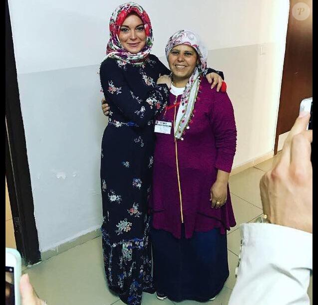 Lindsay Lohan, voilée, rend visite aux réfugiés syriens. Photo publiée sur Twitter le 14 octobre 2016.