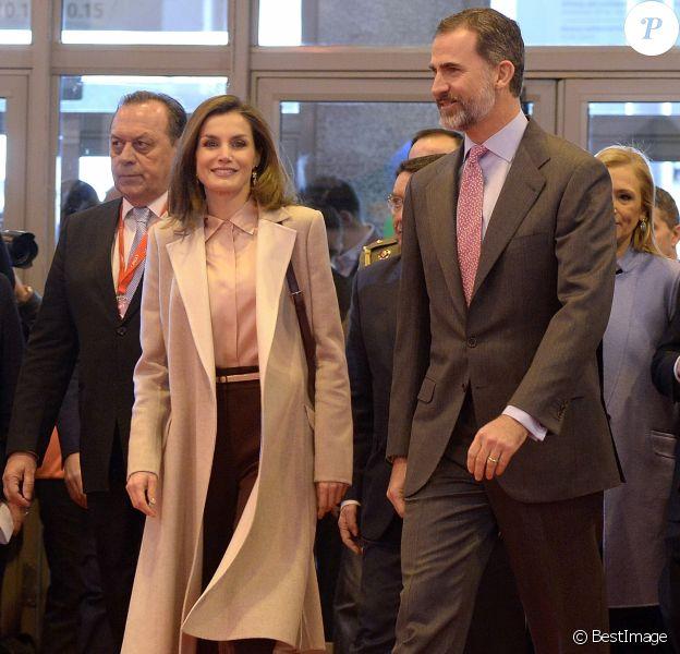 Le roi Felipe VI et la reine Letizia d'Espagne (chemisier et sac à main Adolfo Dominguez, bottines Üterque) ont inauguré le 18 janvier 2017 au Parc des expositions Juan Carlos Ier la 37e édition de la FITUR, le Salon international du tourisme de Madrid.
