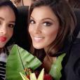 Iris Mittenaere (Miss France 2016) à Manille pour le concours Miss Univers 2016, en janvier 2017. Ici avec Miss Honduras.
