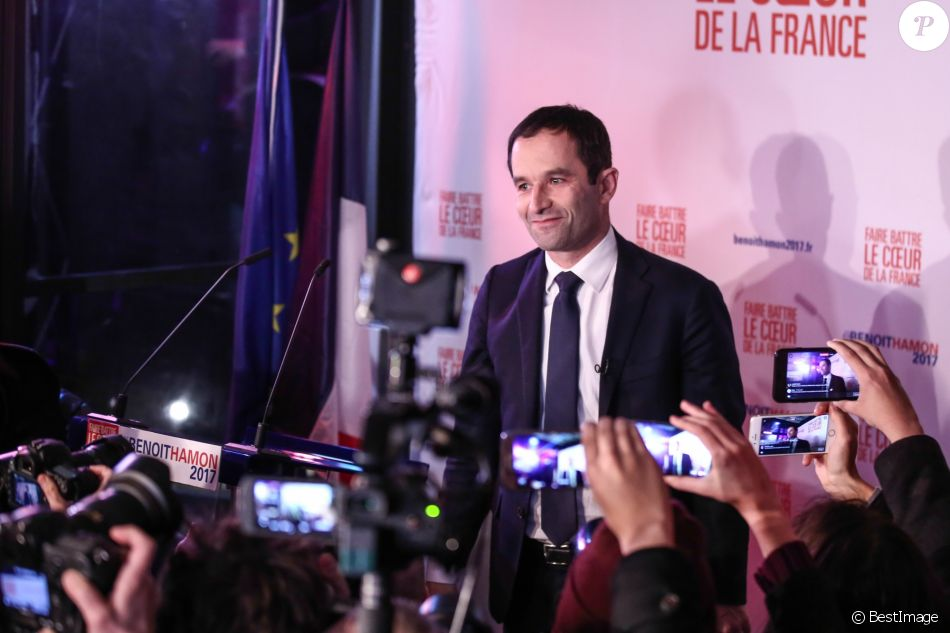 Benoît Hamon, ancien ministre de l'Education et candidat aux primaires de gauche, prononce un discours au siège de sa campagne sur la péniche Le Quai à Paris, le 22 janvier 2017, après avoir remporté le premier tour.