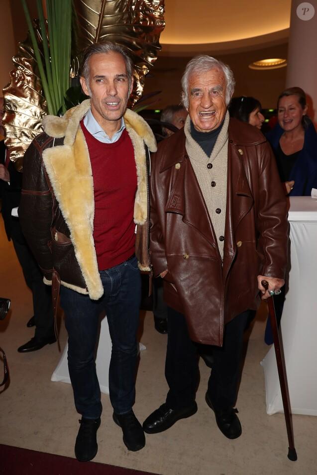 Paul Belmondo et son père Jean-Paul Belmondo lors du photocall du 12ème Gala de l'Association pour la Recherche sur Alzheimer à la salle Pleyel, à Paris, le 30 janvier 2017.