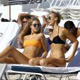 Les mannequins Selena Weber et Katrina Motes profitent d'une belle journée ensoleillée sur la plage de Miami, le 25 janvier 2017.