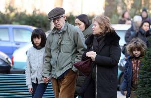 PHOTOS : Woody Allen, sa femme et ses deux adorables filles... Noël romantique à Paris ! Un petit sourire, c'est possible ?