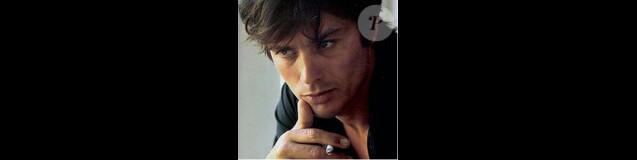 La photographie datant de 1966 d'Alain Delon par Jean-Marie Périer utilisée pour la campagne du parfum Eau Sauvage de Dior