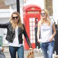 Exclusif - Cara Delevingne et sa soeur Poppy se promènent puis montent dans une voiture à Londres, le 12 juillet 2014.