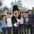 """Les deux actrices de """"Downton Abbey"""", Laura Carmichael et Michelle Dockery avec Michael Fox, Kelly Paterniti et Jessica de Gouw en visite au parc d'attraction Disneyland à Anaheim, Californie, Etats-Unis, le 10 février 2017."""
