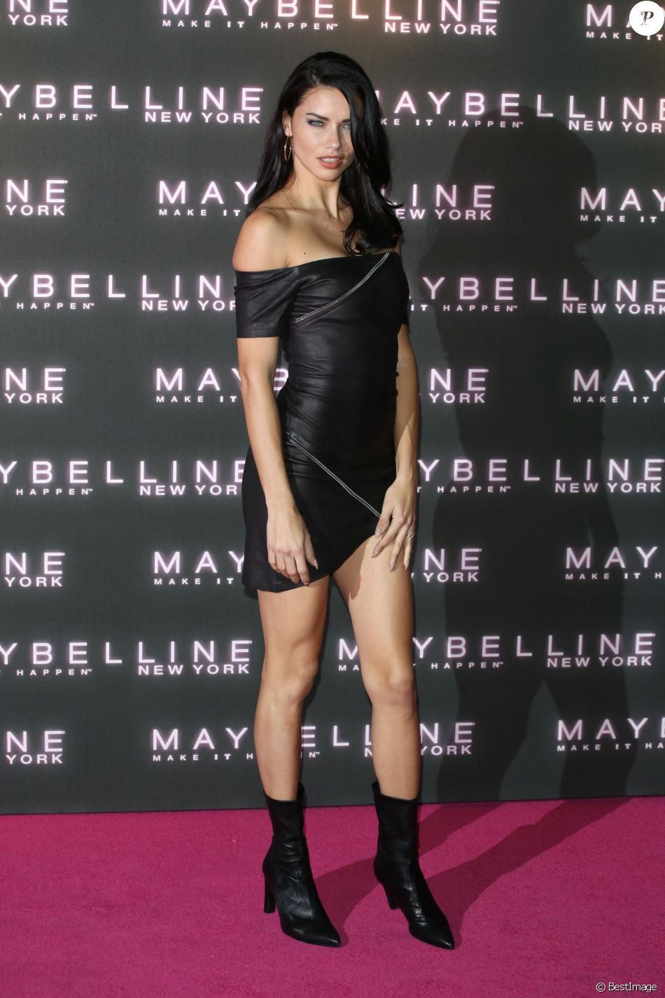"Adriana Lima - Soirée Maybelline ""Bring on the Night"" au The Scotch of St. James à Londres le 18 février 2017."