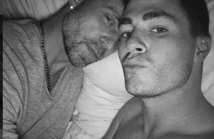 Colton Haynes (Teen Wolf) : Le beau gosse pose au lit avec son chéri...