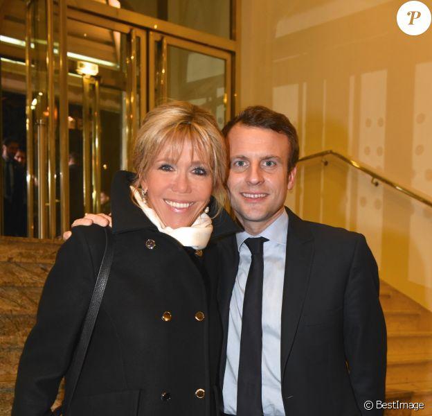 Emmanuel Macron (candidat du mouvement ''En marche !'' à l'élection présidentielle 2017) avec sa femme Brigitte (Trogneux) au 32ème dîner annuel du Conseil représentatif des institutions juives de France (Crif) à l'hôtel Pullman Paris Montparnasse à Paris, le 22 février 2017. © Erez Lichrfeld/Bestimage