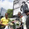Jermaine Jackson, Jackie Jackson, Tito Jackson et Marlon Jackson - Les frères Jackson rendent hommage à Michael Jackson devant une photo de 1977 du chanteur du photographe Claude Vanheye installée au Gustav Mahlersquare à Amsterdam, le 30 juillet 2014.