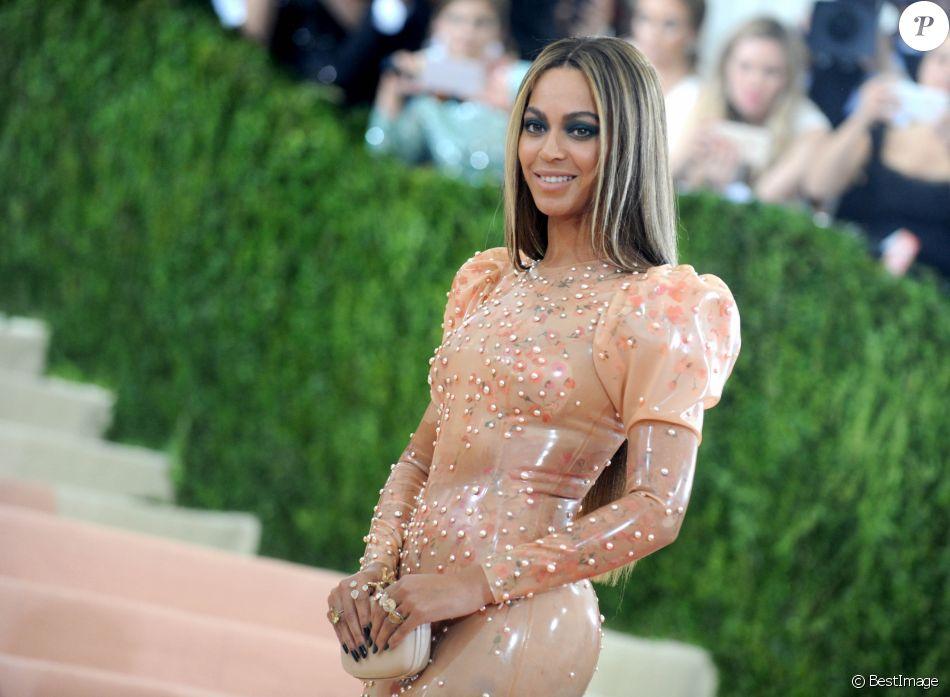 """Beyoncé Knowles à la Soirée Costume Institute Benefit Gala 2016 (Met Ball) sur le thème de """"Manus x Machina"""" au Metropolitan Museum of Art à New York, le 2 mai 2016."""