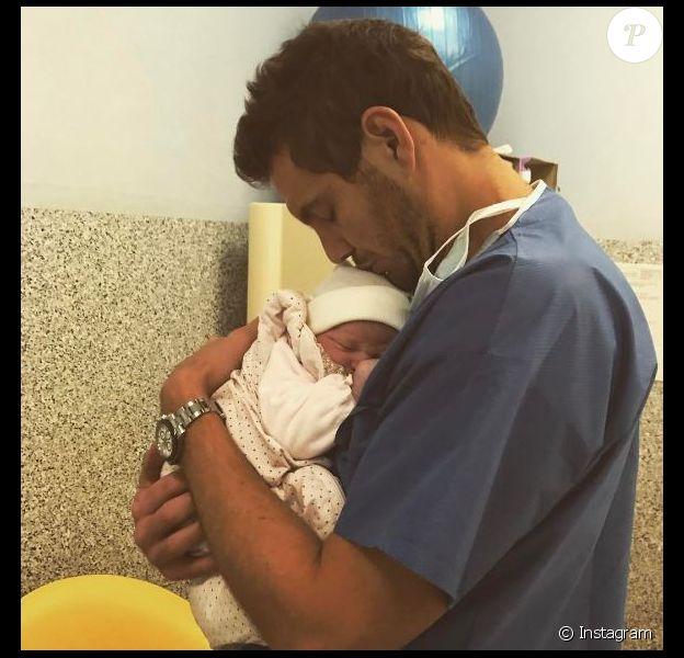 Paul-Henri Mathieu papa pour la deuxième fois, pose avec son bébé sur Instagram le 8 mars 2017.