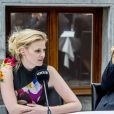Mario Testino, la rédactrice en chef de Vogue Nederland Karin Swerink, Lara Stone et Doutzen Kroes dévoilent la couverture du numéro anniversaire de Vogue Nederland. Amsterdam, le 8 mars 2017.