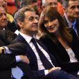 Nicolas Sarkozy et sa femme Carla Bruni-Sarkozy très complices lors d'un meeting à Marseille, le 27 octobre 2016.