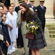 Le prince William, duc de Cambridge et Kate Middleton visitent les Invalides à Paris le 18 mars 2017. La duchesse de Cambridge a rendu hommage à la France en choisissant un manteau, un sac et une ceinture Chanel.