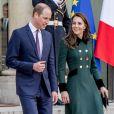 Le prince William et Kate Middleton, habillée d'un manteau Catherine Walker, quittent le palais de l'Elysée après une entrevue avec le président de la république à Paris le 17 mars 2017.
