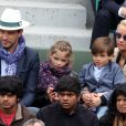Elodie Gossuin avec son mari Bertrand Lacherie et leurs enfants Rose et Jules dans les tribunes des internationaux de France de Roland Garros à Paris le 4 juin 2016. © Moreau - Jacovides / Bestimage