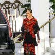 Chrissy Teigen porte une magnifique robe en dentelle et voile transparent à la sortie de son hôtel à Miami, le 4 mars2017