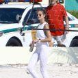 Les mannequins Jasmine Tookes et Taylor Hill en pleine séance photo pour Victoria's Secret sur la plage de Miami, le 23 mars 2017.