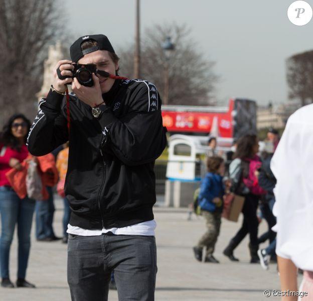 Victoria Beckham et son fils Brooklyn (le bras gauche en écharpe) se photographient devant la pyramide du Musée du Louvre à Paris, sous les yeux admiratifs de Sonia Ben Ammar. Le 11 mars 2017