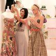 Paris Hilton et Kim Kardashian font les boutiques à West Hollywood le 8 juin 2006