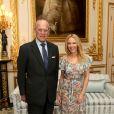 """Kylie Minogue a reçu le prix """"Britain-Australia Society 2016"""" des mains du prince Philip, duc d'Edimbourg, lors d'une audience privée au château de Windsor le 4 avril 2017."""