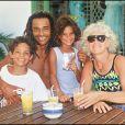 Yannick Noah, son fils Joakim, sa fille Yelena et sa mère Marie-Claire.