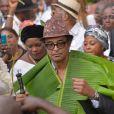 Exclusif - Prix spécial - No Web No Blog - Yannick Noah - Cérémonie traditionnelle lors des obsèques de Zacharie Noah à Yaoundé au Cameroun le 18 janvier 2017. Yannick Noah va s'installer à même le sol avec ses deux soeurs pour écouter les doléances et les témoignages de tous les chefs des autres villages qui ont côtoyé son père. Chaque représentant des familles de Yaoundé vient faire son témoignage et fait un cadeau au fils du défunt; en guise de remerciement, Yannick effectue une danse rituelle avant de se retirer en conclave avec les chefs de familles pour revenir intronisé en nouveau chef de famille. Ensuite, le chanteur revêt un costume en feuille de bananier sous les acclamations de la foule. Ce rite funèbre s'appelle «Esani» chez les Bétis ou célébration du mérite. Dans « esani », prenons d'emblée la partie « san ». En Ewondo, le mot « san » revêt deux sens. D'abord, « briller » d'un éclat particulier, puis « danser » d'un pas distingué. L'éclat et le talent sont ici de haut niveau. Pour sa part, la finale « i » suggère une idée plurielle : soit briller sur plusieurs, ou danser à plusieurs. Il implique un mort prestigieux et des survivants conscients qui apprécient. L' « esani » traduit leur hommage posthume. Dans la foulée, il invite à pérenniser l'exemple.  Exclusive - No Web No Blog - For Germany call for price - Please hide children's face prior to the publication - Traditional funerals of Zacharie Noah (father of former French tennis player and singer Yannick Noah) in Yaounde, Cameroun on january 17, 2017.18/01/2017 - Yaoundé