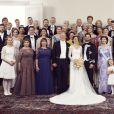 Le prince Carl Philip de Suède et sa femme la princesse Sofia (Sofia Hellqvist) posent avec leurs familes et invités pour la photo officielle lors de leur mariage au palais royal à Stockholm, le 13 juin 2015. 1er rang: la princesss Estelle,Chloe Sommerlath, Anais Sommerlath. 2nd rang: Tiara Larsson, Britt Rotman, Marie Hellqvist, Erik Hellqvist, la princess Sofia, le prince Carl Philip, la reine Silvia, le roi Carl XVI Gustav, la reine Margrethe II de Danemark. 3ème rang: Jonas Frejd, Lina Hellqvist, Christopher (Chris) O'Neill, la princesse Madeleine, la reine Mathilde de Belgique, la reine Sonja de Norvège, la reine Maxima des Pays-Bas, la princesse Victoria, le prince Daniel, Sara Hellqvist, Oskar Bergman. 4ème rang: le prince Leopold de Bavière, la princesse Takamado du Japon, la princesse Mette-Marit de Norvège, le prince Haakon de Norvège, la princesse Christina Mme Magnuson, la princesse Brigitte (Birgitta) Mme Ambler, la princesse Désiree, baronne de Silfverschiöld, le prince Frederik de Danemark, la princesse Mary de Danemark, la comtesse Sophie de Wessex, le prince Edward, comte de Wessex. 5ème rang: la princesse Ursula, Laila Rönn Rotman, Anders Rotman, Tord Magnuson, Charlotte de Toledo Sommerlath, Ralf de Toledo Sommerlath, Walther L. Sommerlath, Ingrid Sommerlath, le baron Niclas Silfverschiöld, Lena Rotman, Peter Nygren, Irena Hellqvist, Lars Hellqvist.