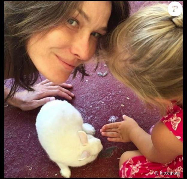 Carla Bruni-Sarkozy avec sa fille Giulia (5 ans) lors des fêtes de Pâques le 16 avril 2017