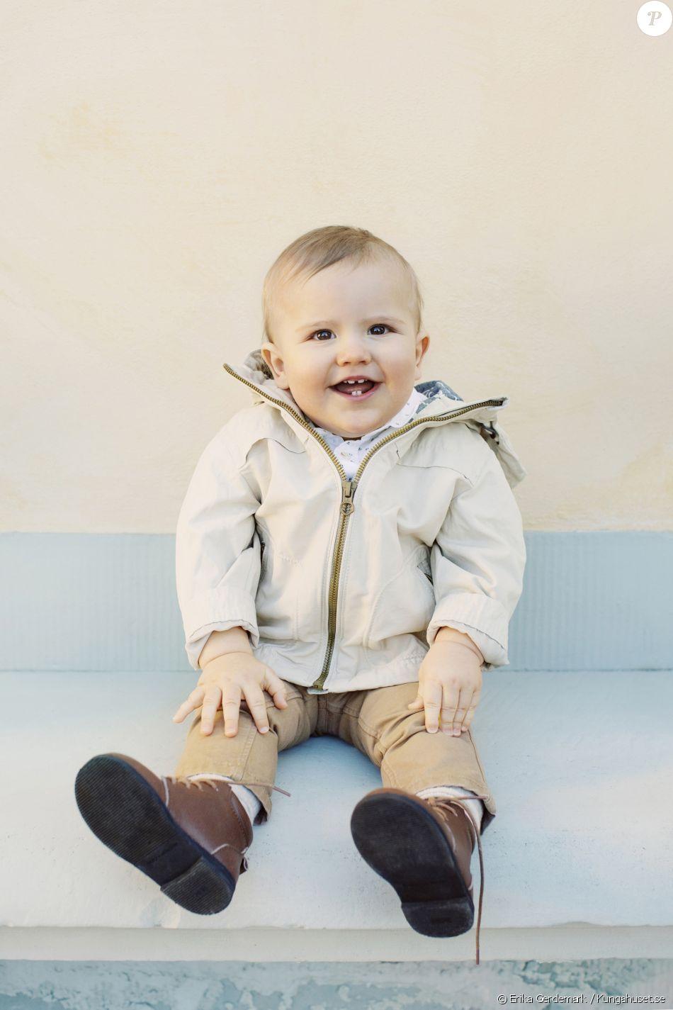 Le prince Alexander de Suède, fils du prince Carl Philip et de la princesse Sofia, photographié toutes quenottes dehors à l'occasion de son premier anniversaire le 19 avril 2017. © Erika Gerdemark / Kungahuset.se