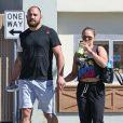 Exclusif - No Web - La championne de MMA Ronda Rousey et son compagnon Travis Browne marchent vers la salle d'entrainement de Ronda à Glendale le 8 mars 2016.