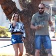 La star de MMA Ronda Rousey se promène avec son compagnon Travis Browne à Los Angeles le 13 décembre 2015.